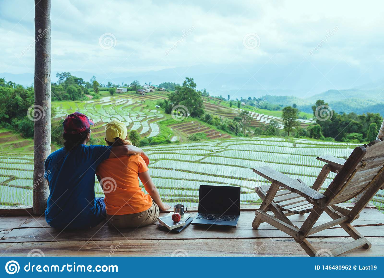 Donna dell amante e natura asiatica di viaggio dell uomo Il viaggio si rilassa Il balcone della località di soggiorno Vista del c