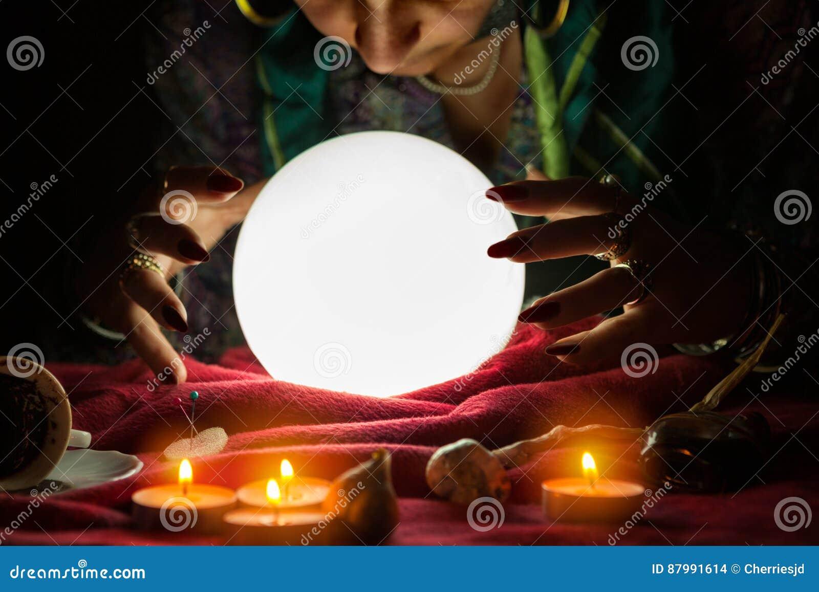 Donna dell indovino che esamina sfera di cristallo