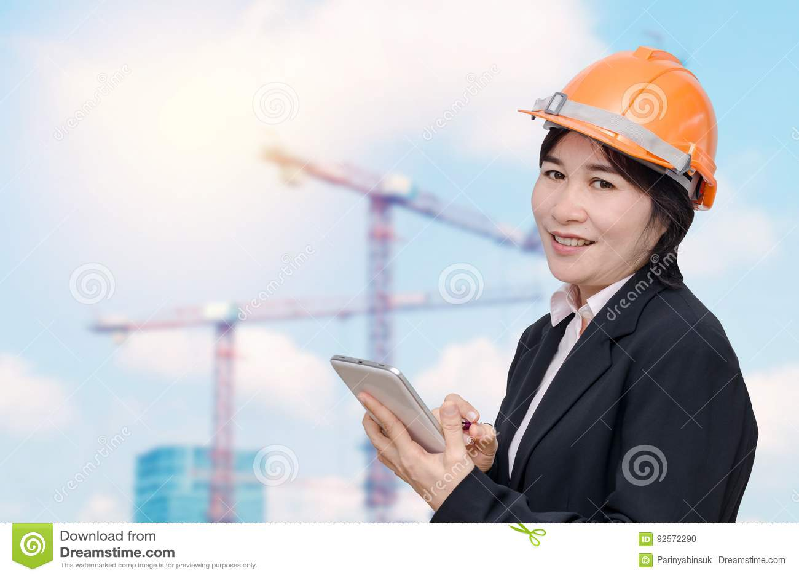 Donna dell ingegnere senior al cantiere