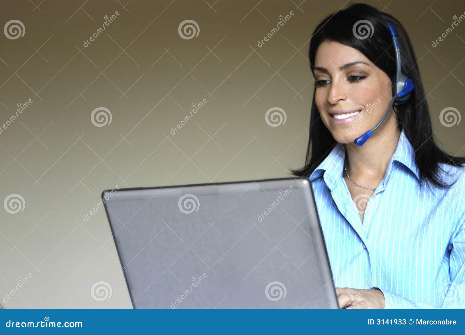 Donna dell operatore in telefono