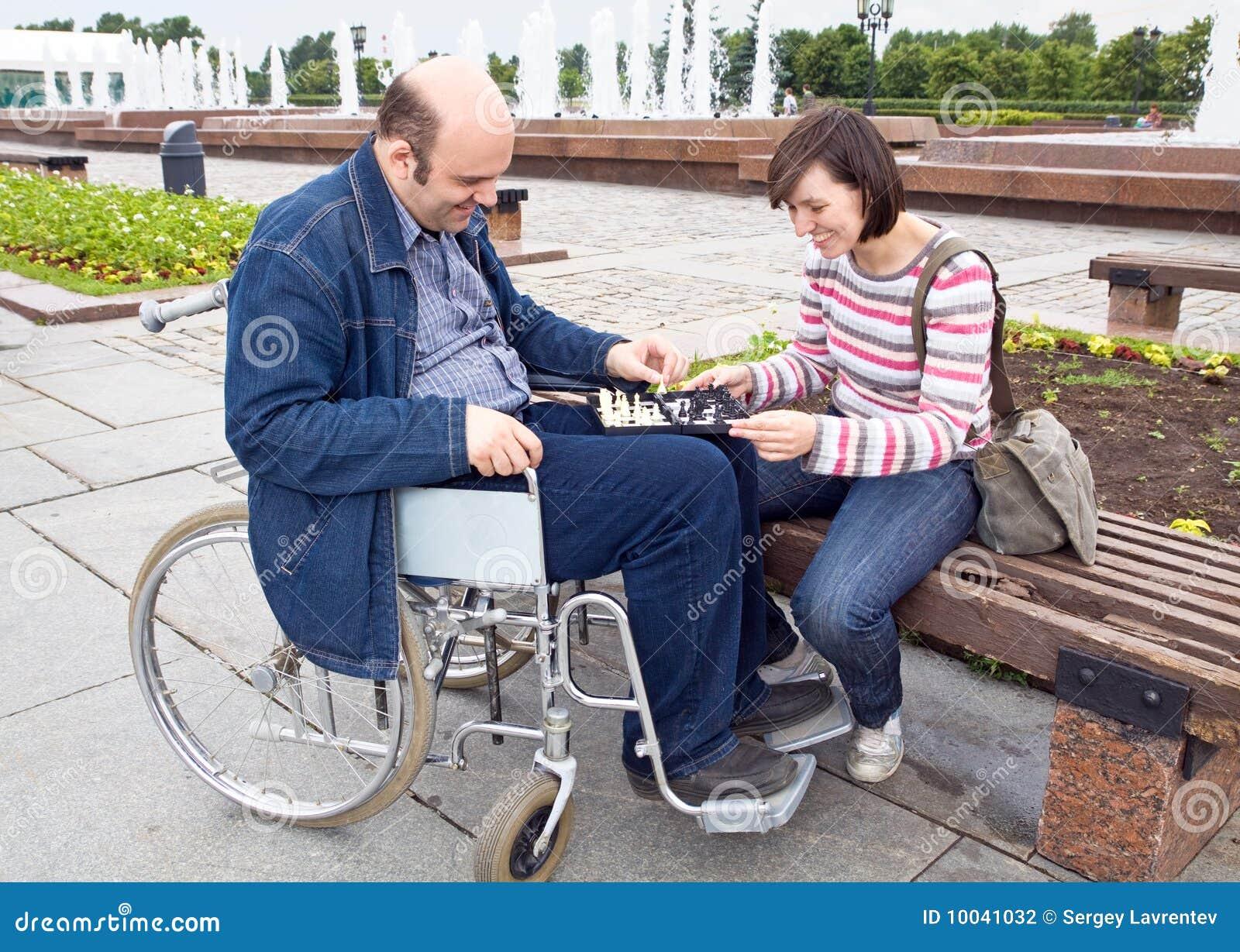 Donna della sedia a rotelle dell uomo