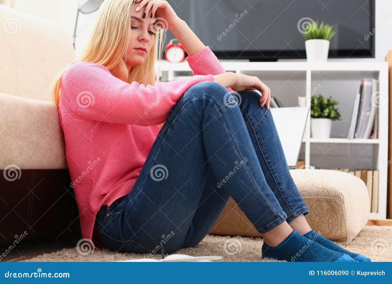 Donna depressa sola infelice che si siede sullo strato