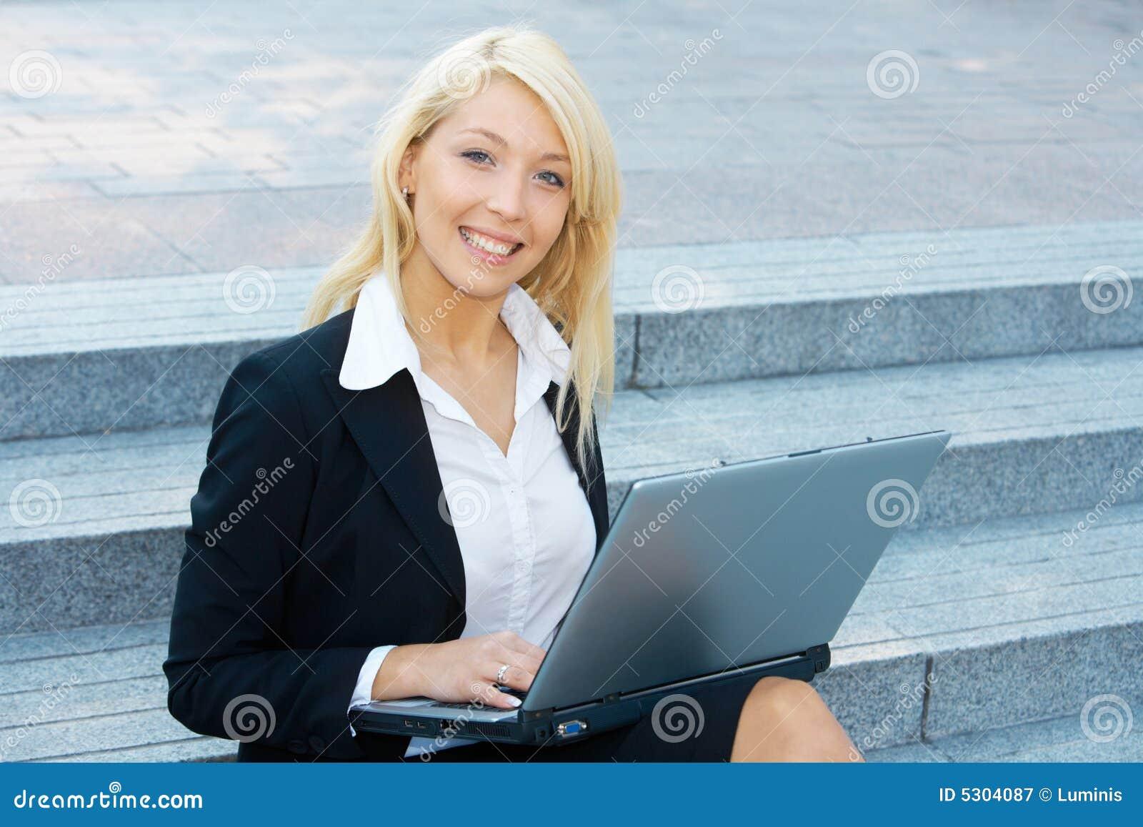 Download Donna di affari immagine stock. Immagine di sorridere - 5304087