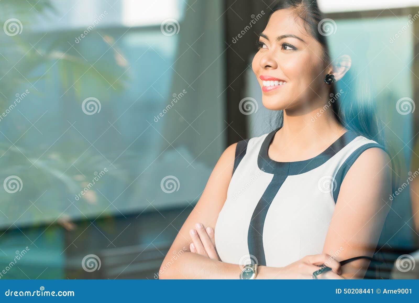 Donna di affari alla finestra dell ufficio