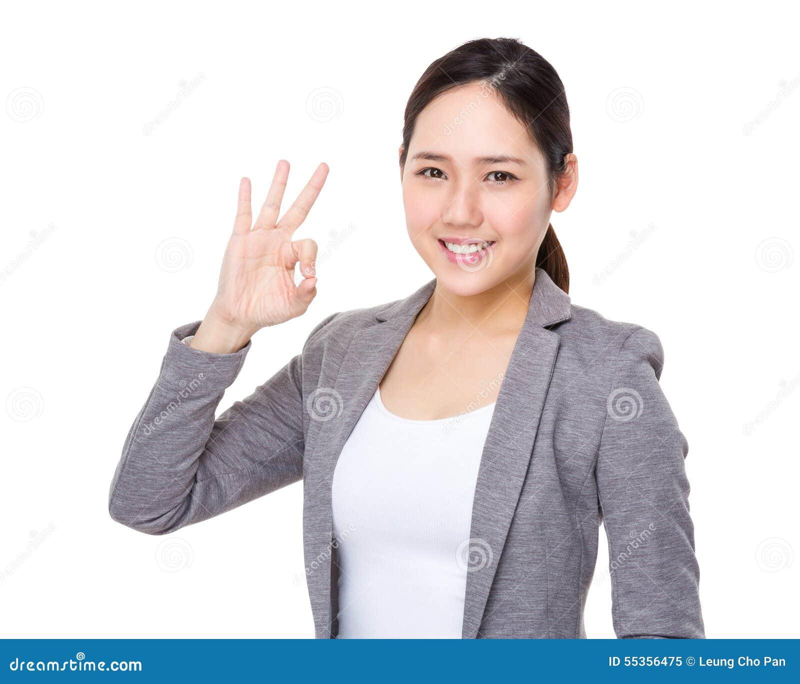 Donna di affari asiatica con il segno giusto