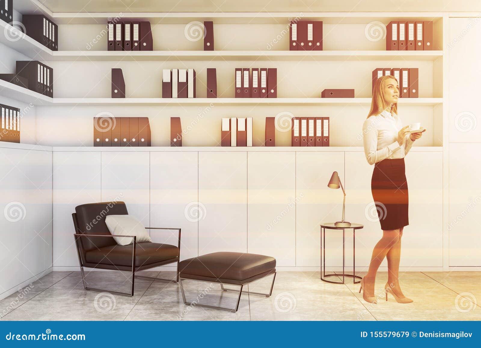 Donna di affari bionda nel salotto bianco dell ufficio