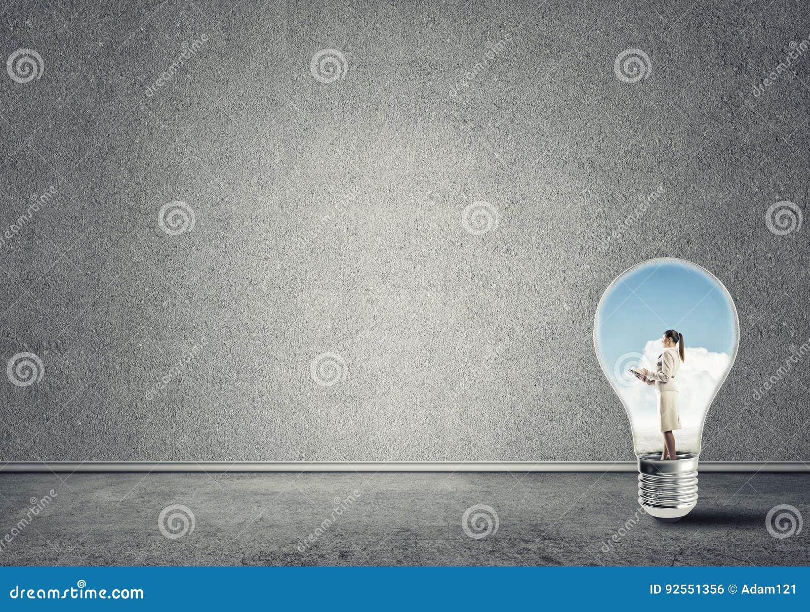 Donna di affari bloccata in lampadina