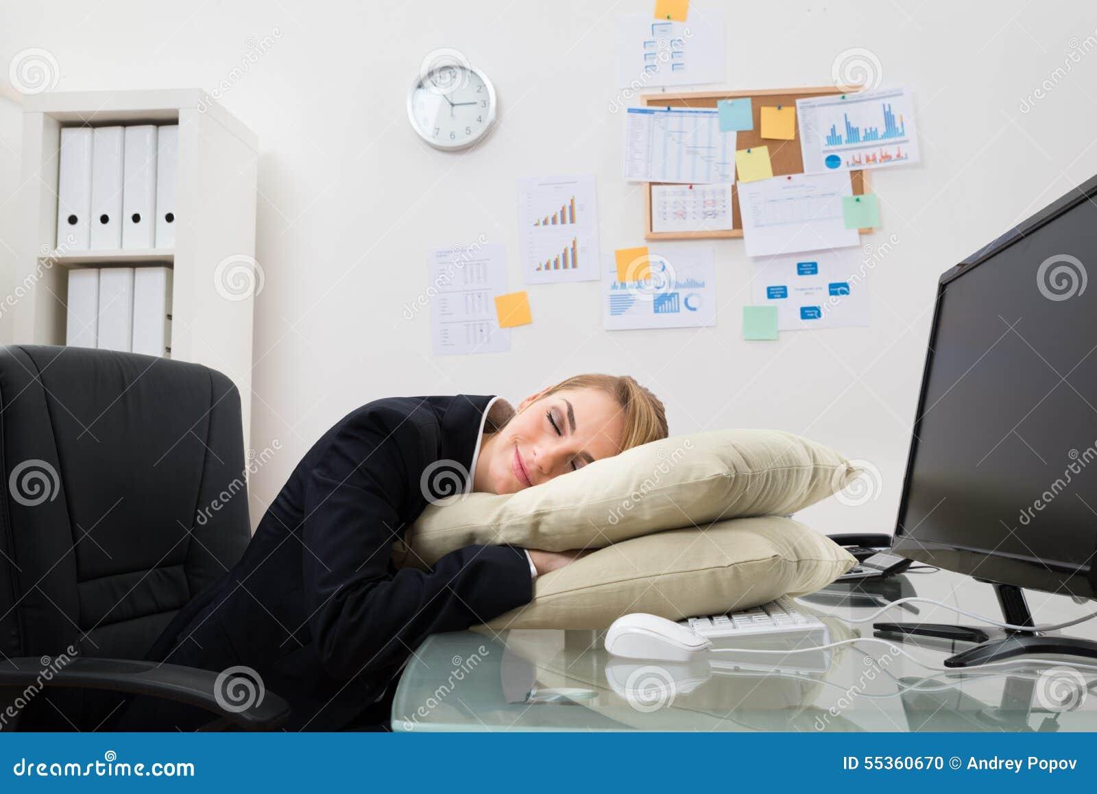 Donna di affari che dorme nell ufficio
