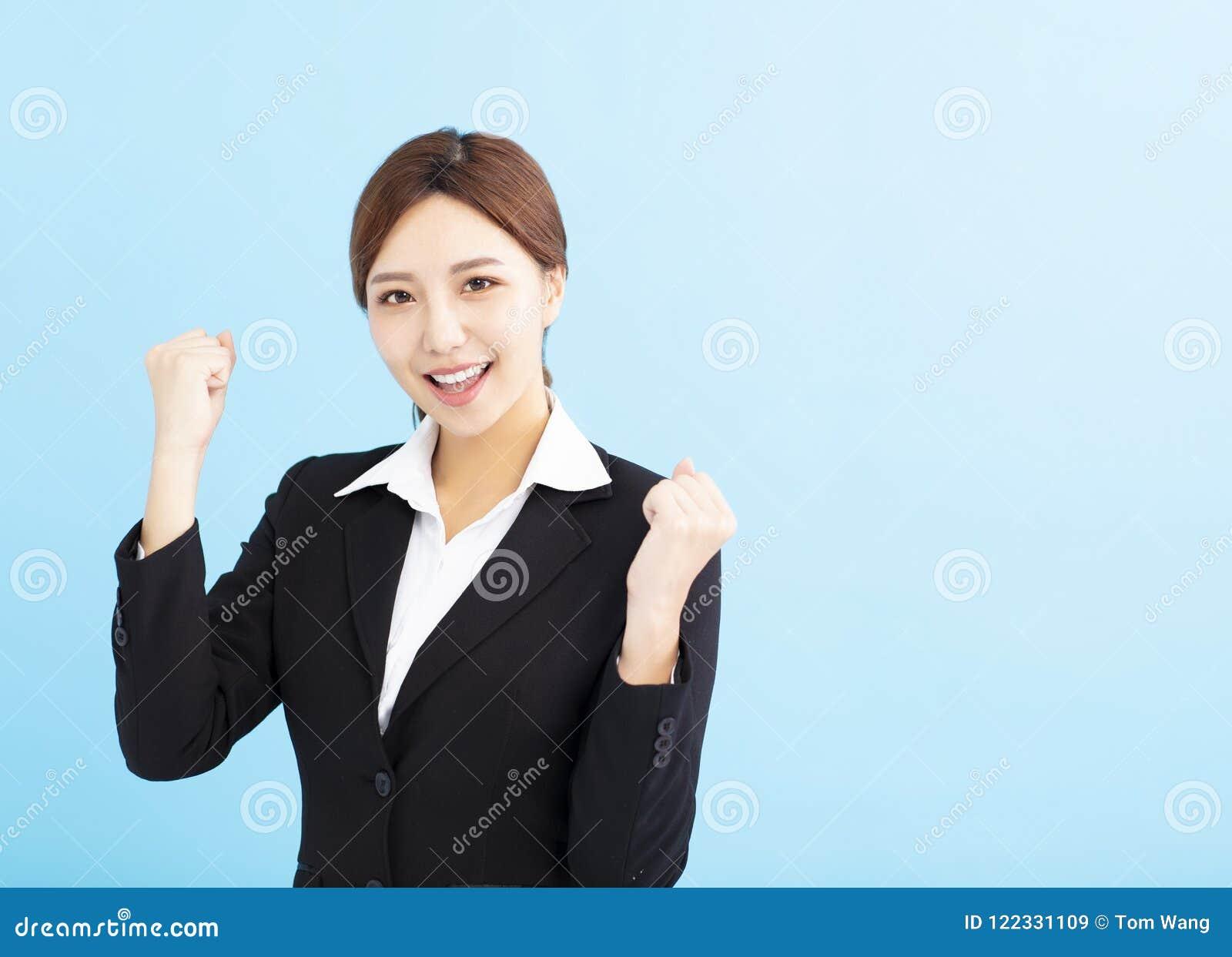 Donna di affari che fa gesto del vincitore