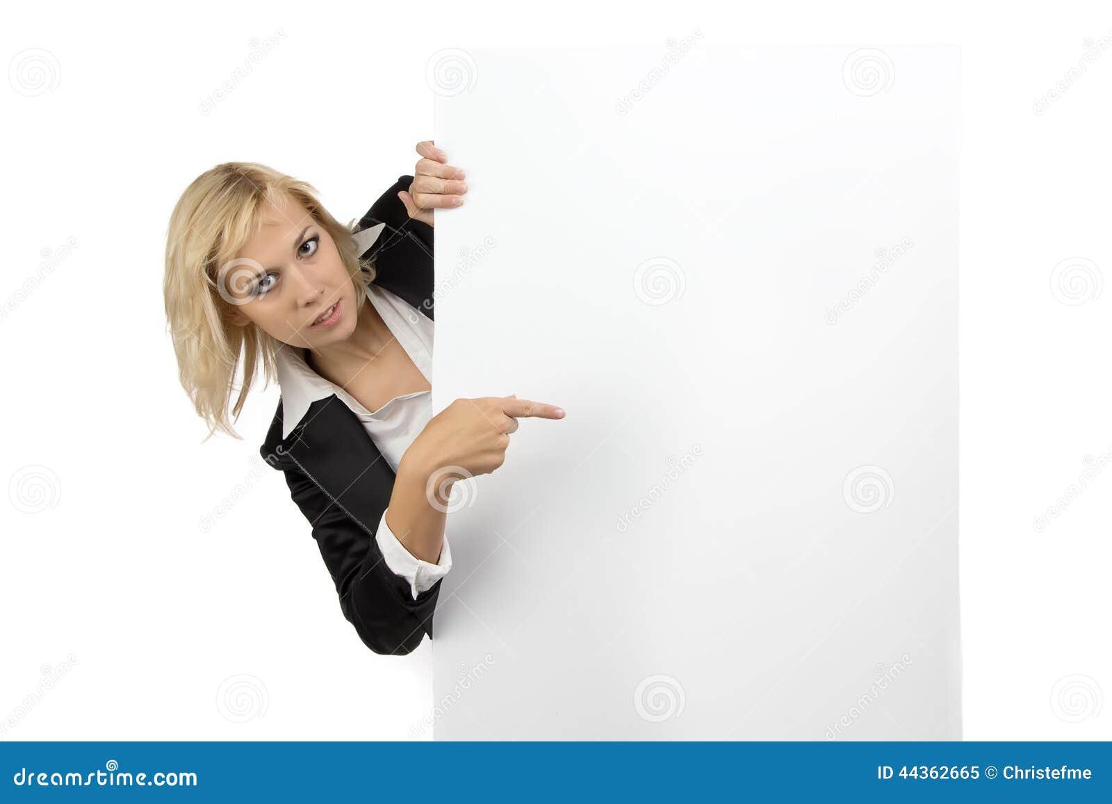 Donna di affari che guarda dal tabellone per le affissioni bianco