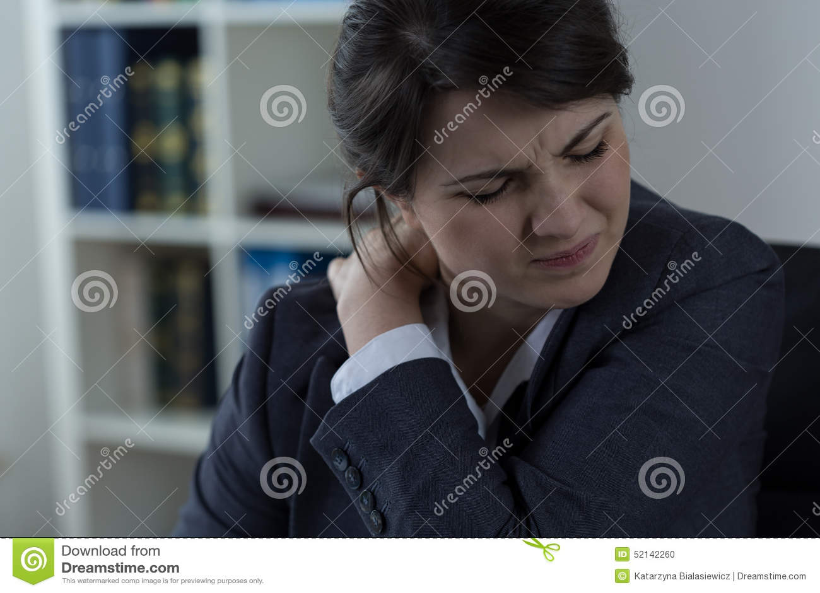Donna di affari che ha dolore alla schiena