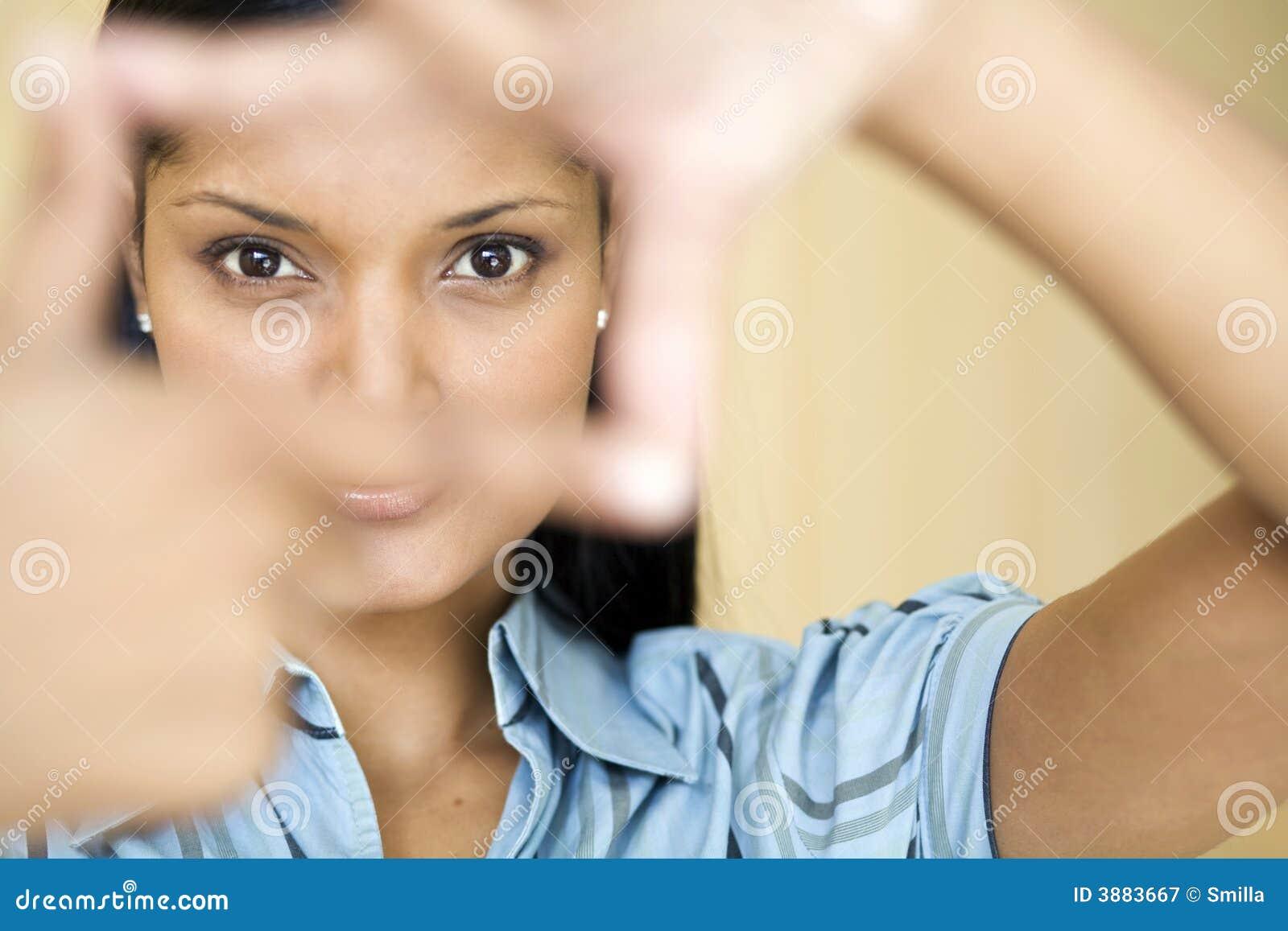 Donna di affari che incornicia i suoi occhi