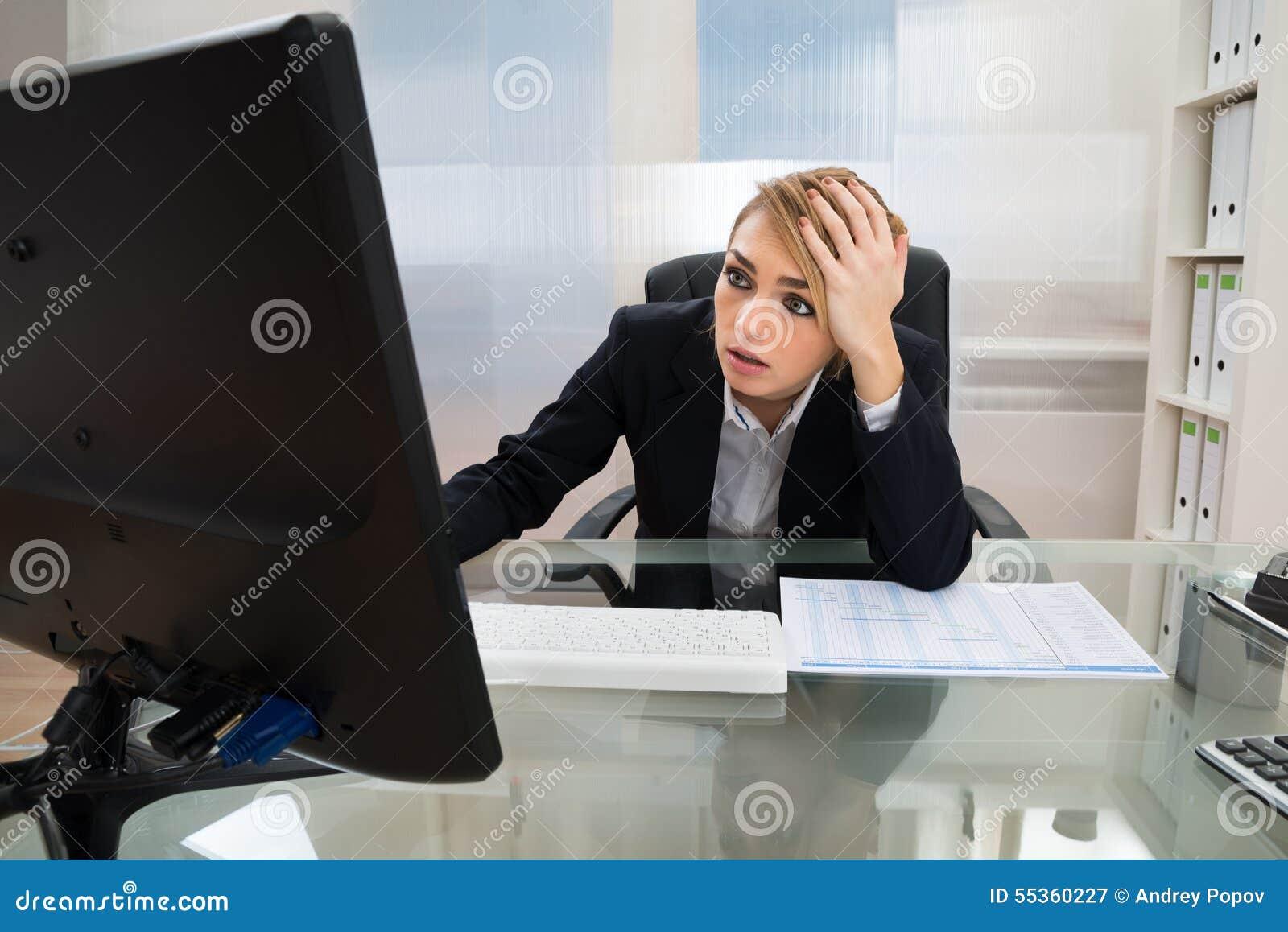 Donna di affari che lavora al calcolatore