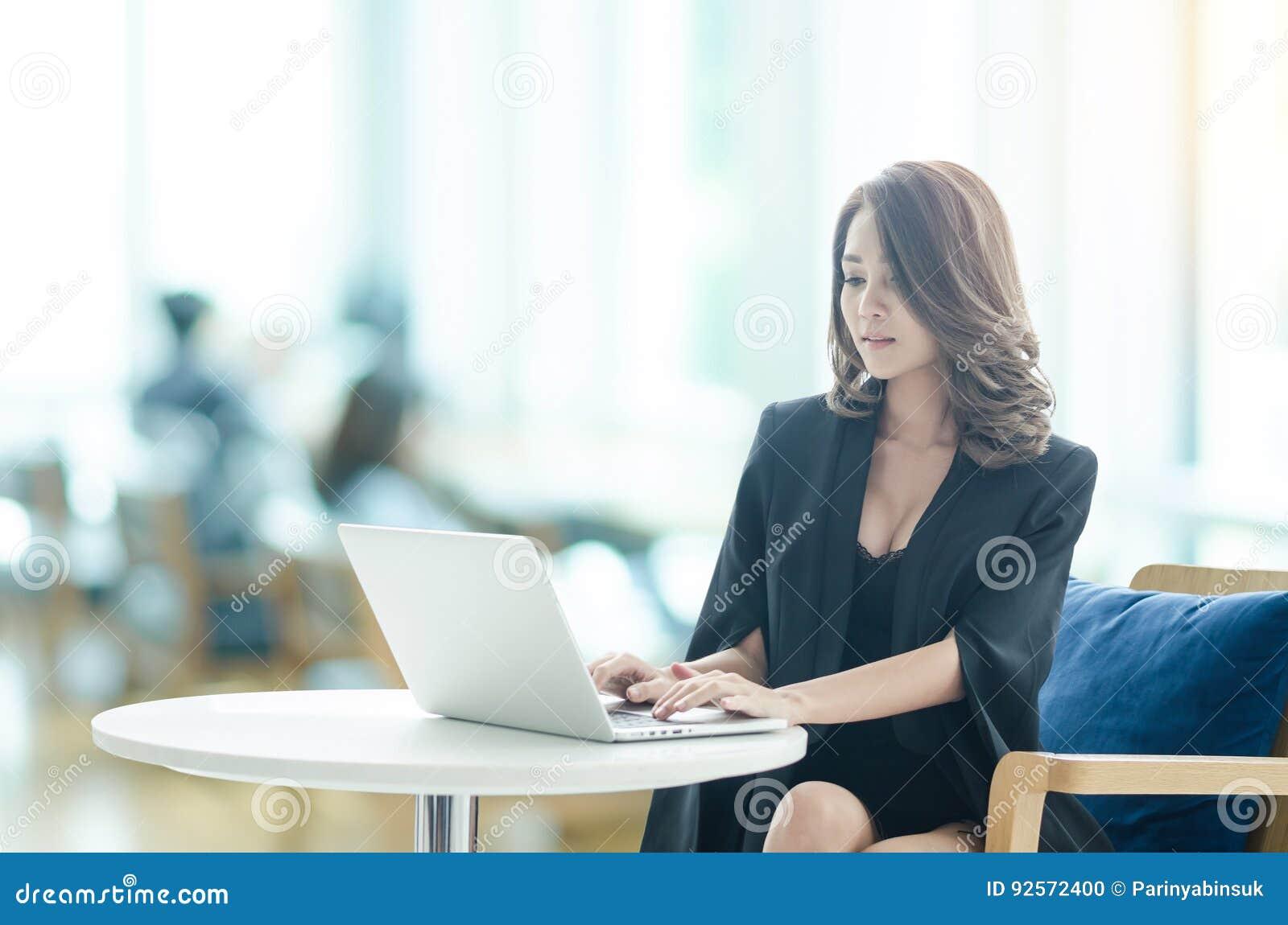 Donna di affari che lavora all ufficio