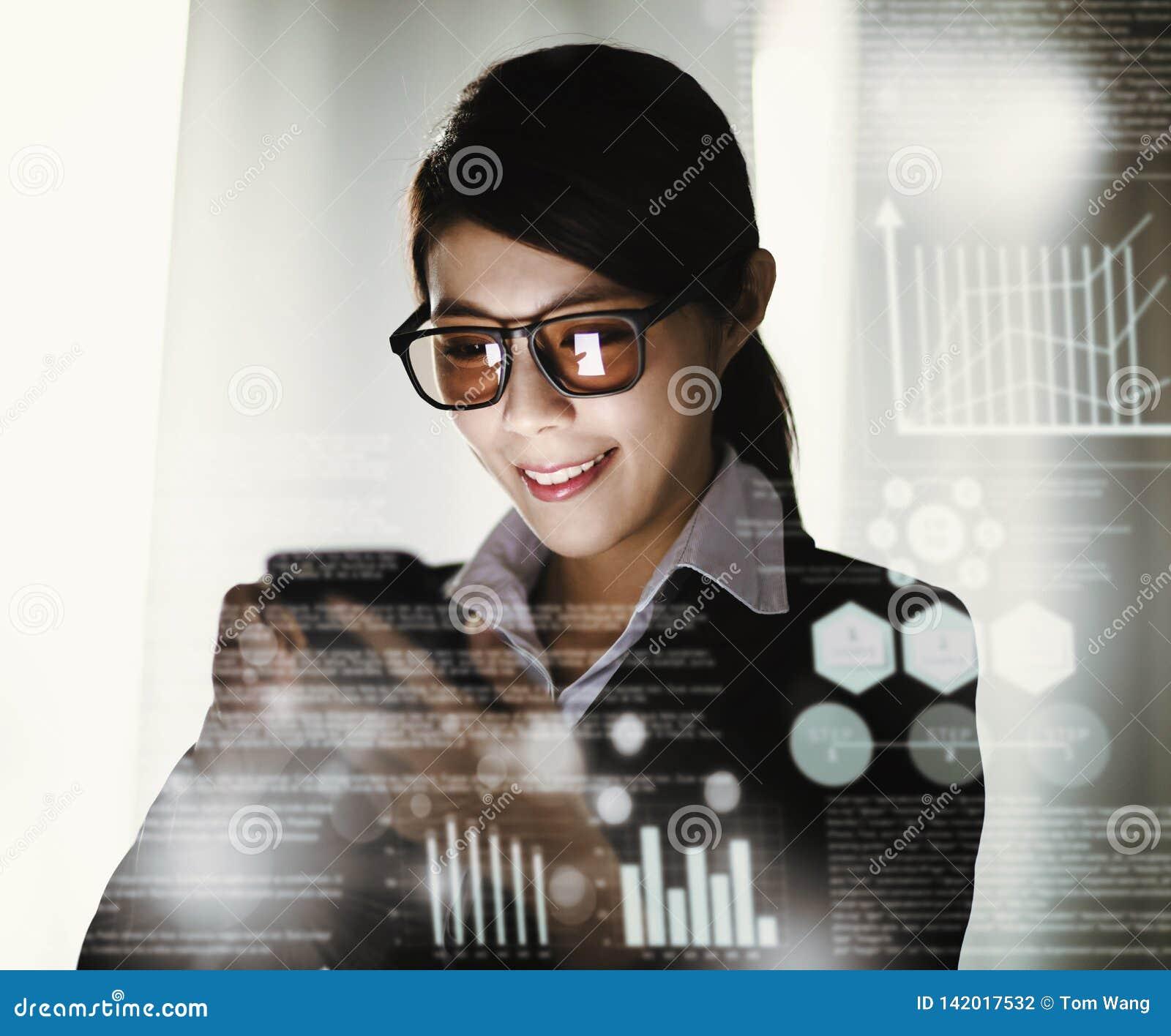 Donna di affari che lavora e che comunica all ufficio