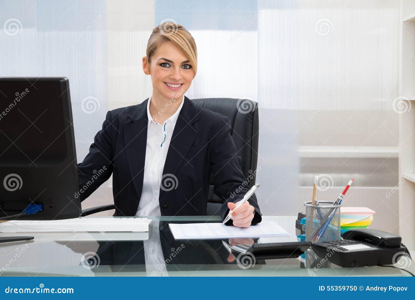 Donna di affari che lavora nell ufficio