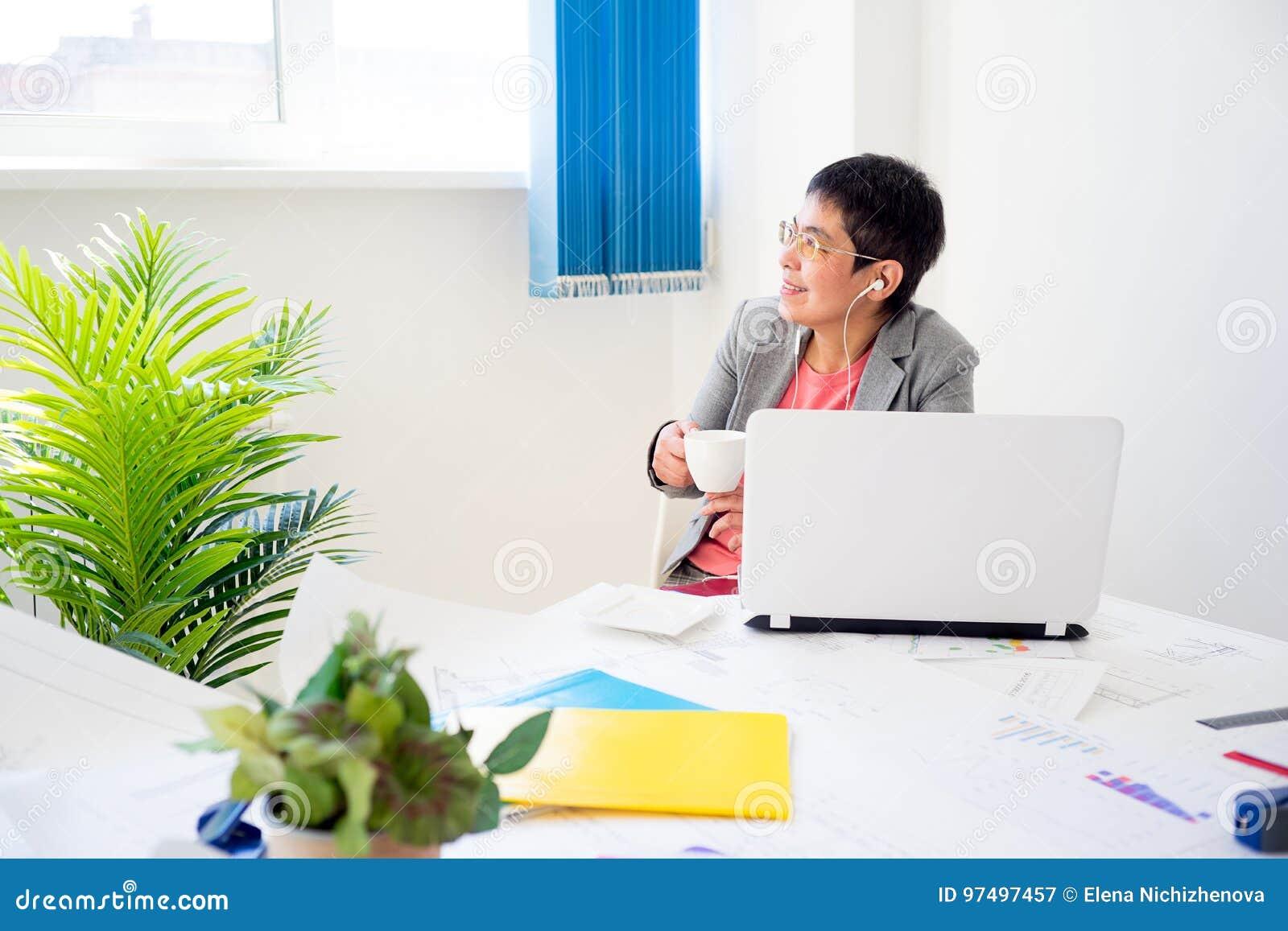 Donna di affari che mangia caffè