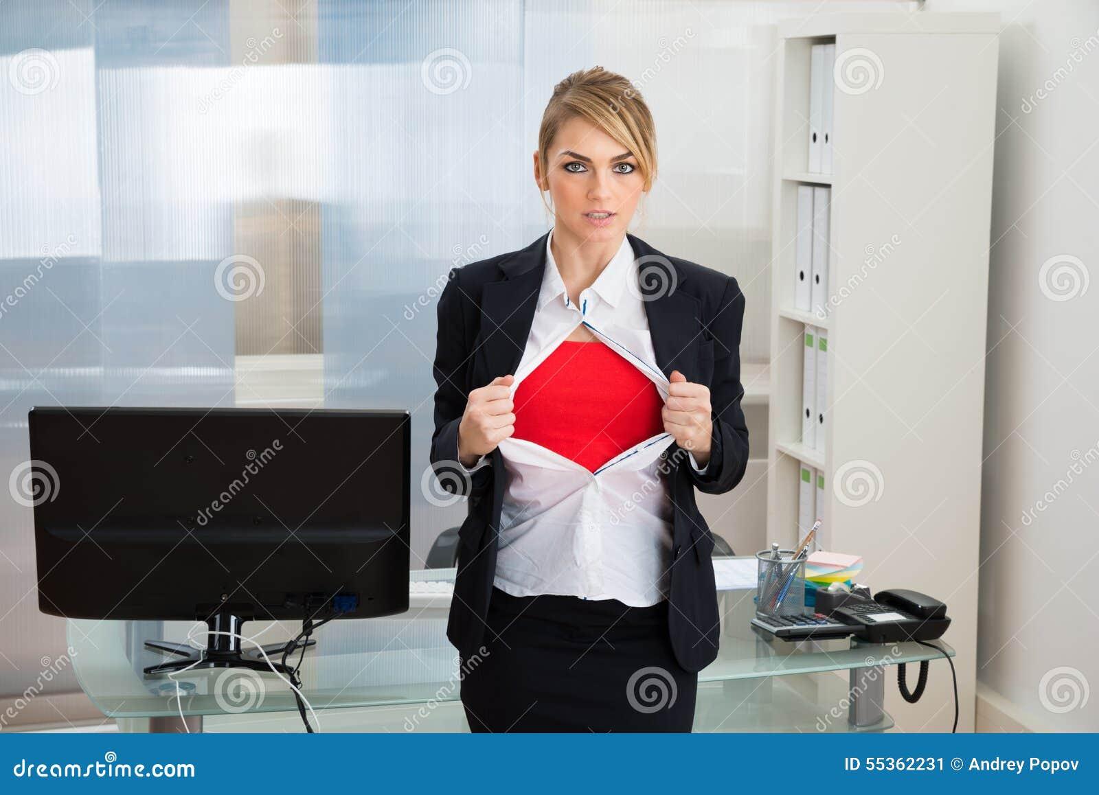 Donna di affari che mostra il costume del supereroe
