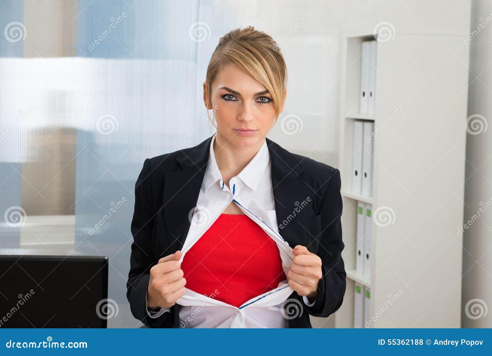 Donna di affari che mostra il costume rosso del supereroe