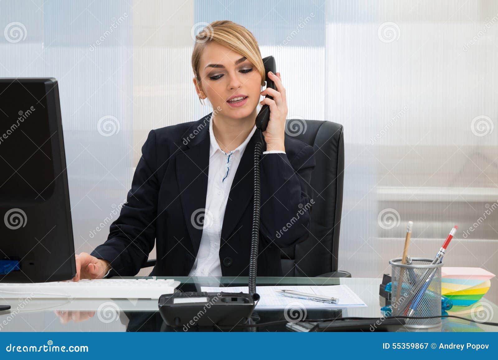 Donna di affari che parla sul telefono