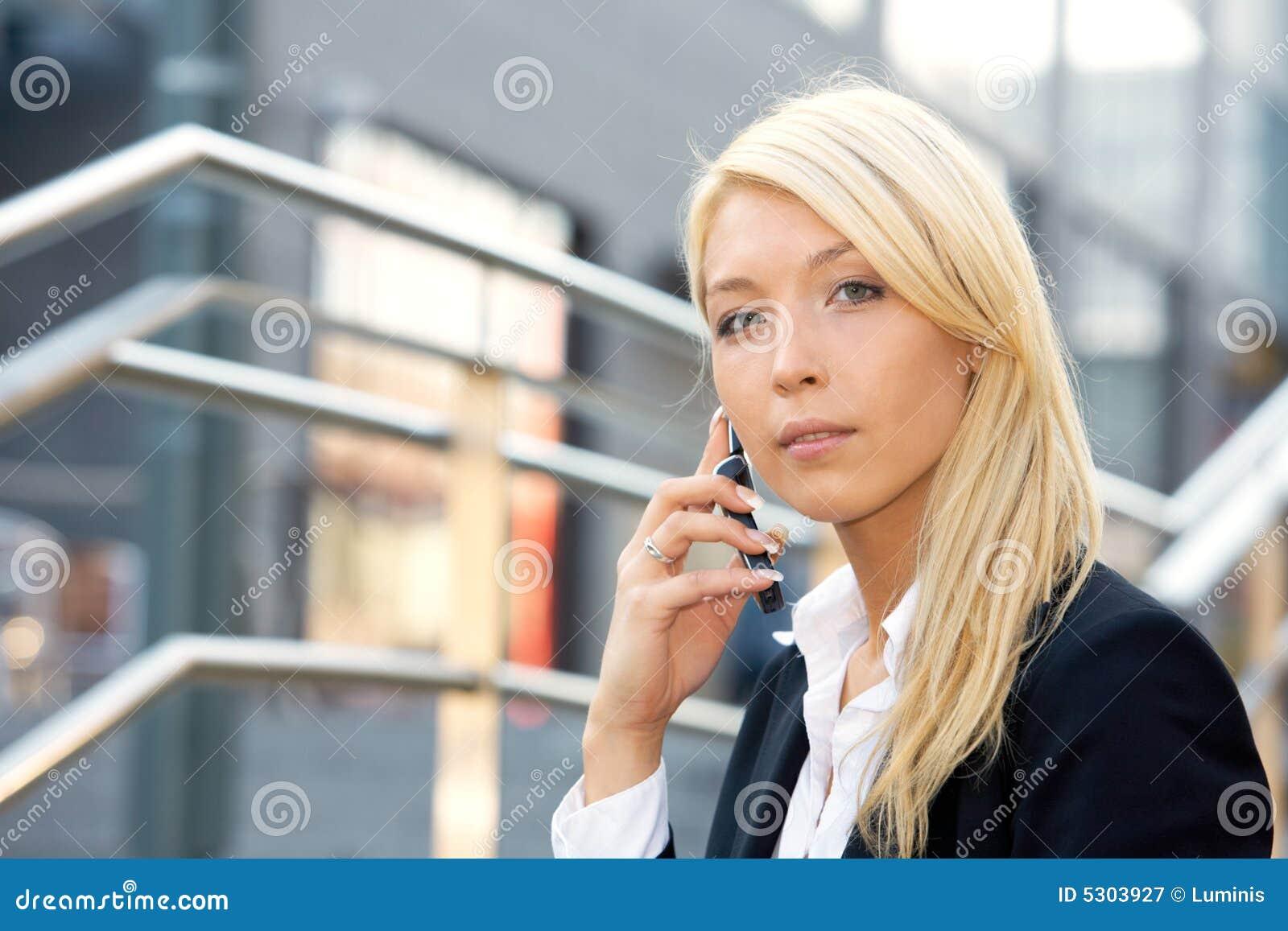 Download Donna Di Affari Che Per Mezzo Del Telefono Mobile Immagine Stock - Immagine di cellula, businesswoman: 5303927