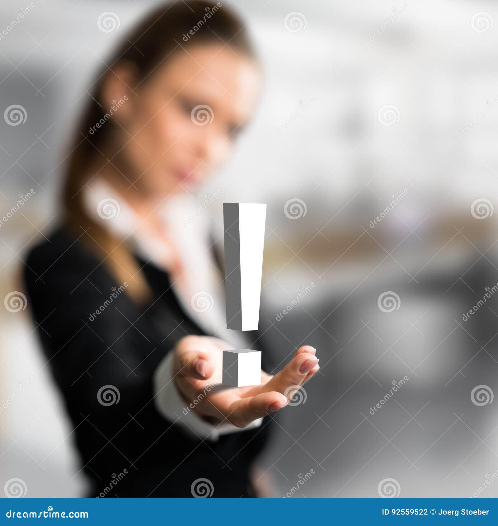 Donna di affari che presenta un exclamationmark come simbolo per una soluzione