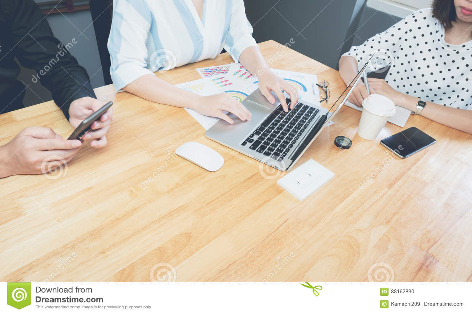 Tavolo Di Ufficio : Donna di affari che si consulta al tavolo di riunione nellufficio