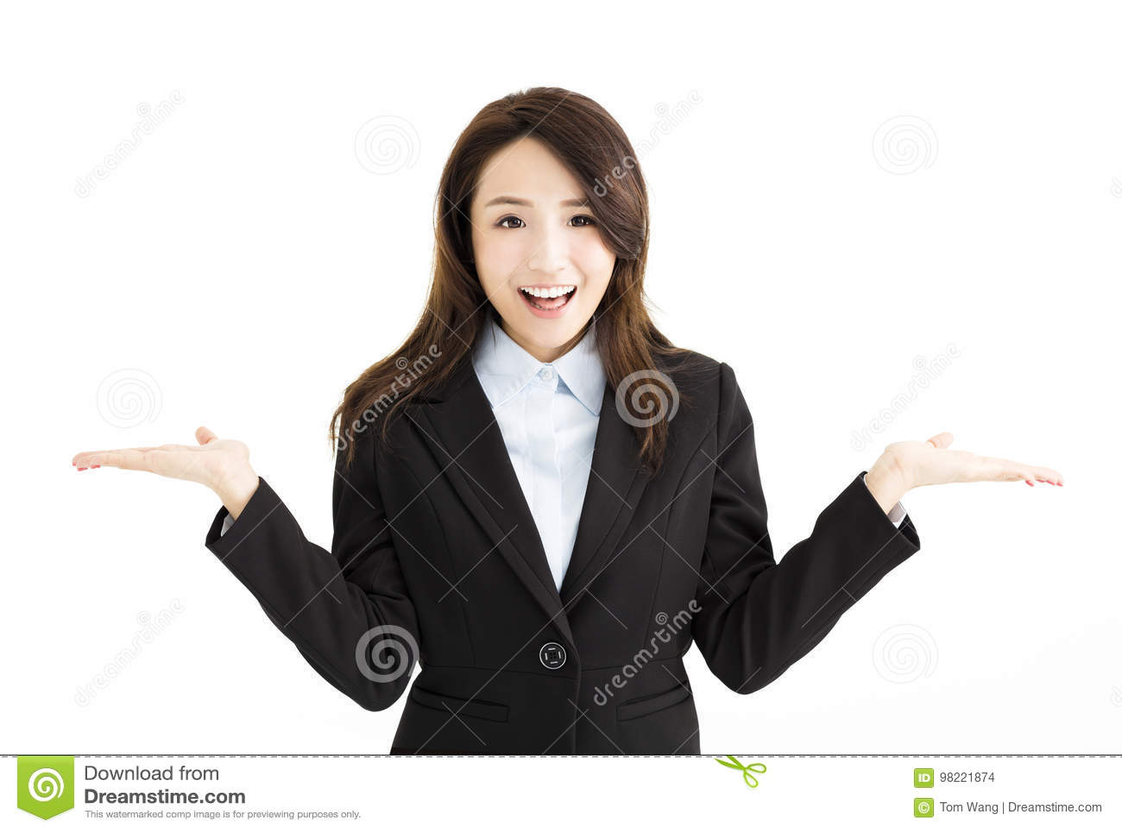 Donna di affari che solleva le sue mani da entrambi i lati