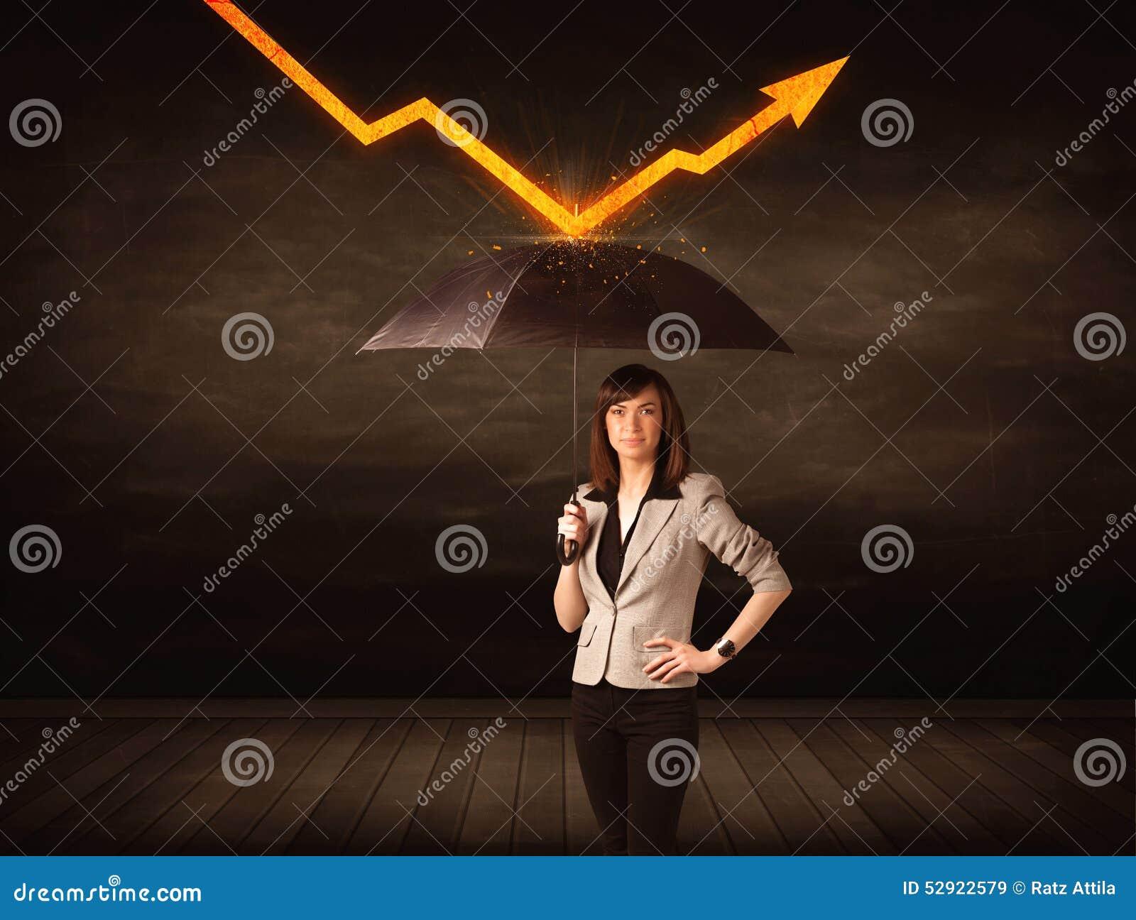 Donna di affari che sta con l ombrello che tiene freccia arancio
