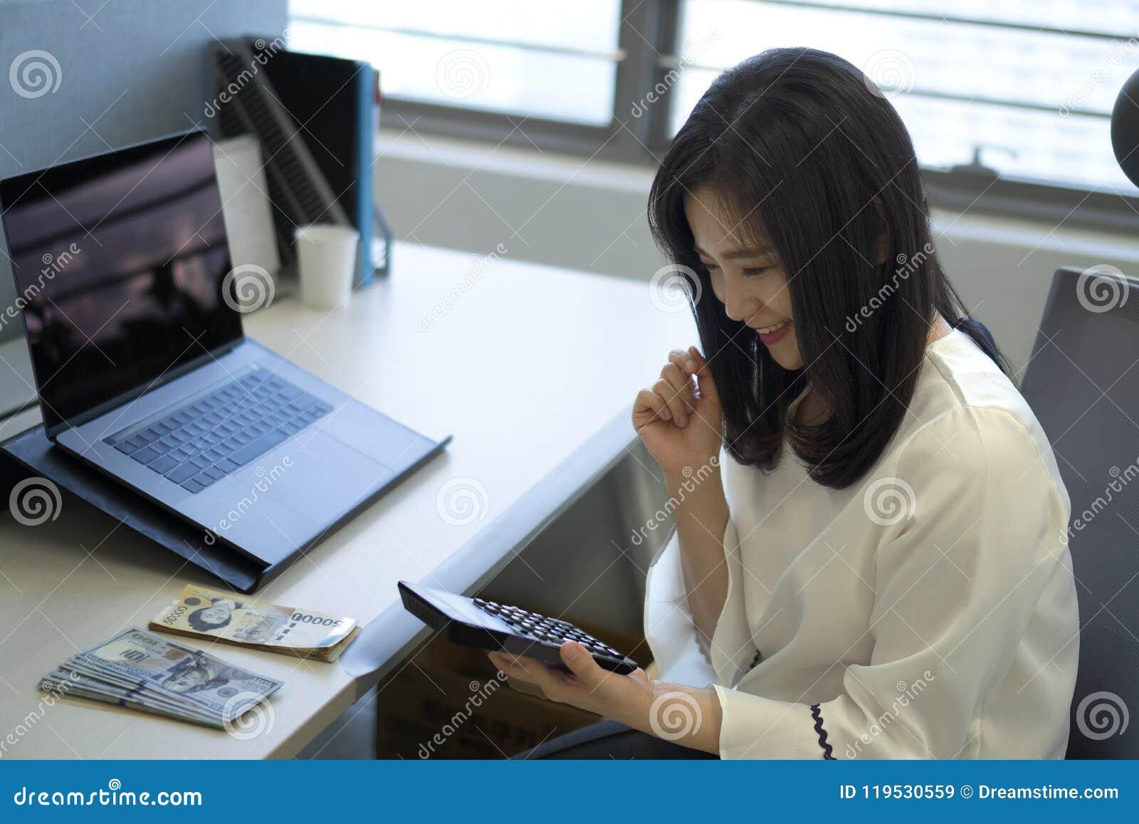 Donna di affari che utilizza calcolatore nell ufficio