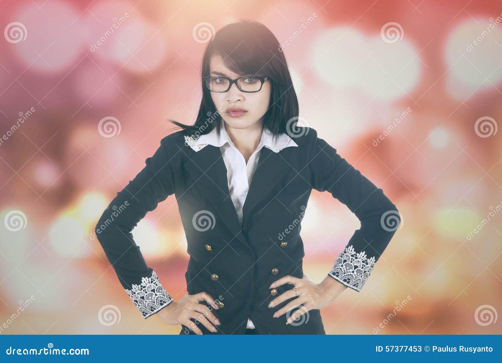 Donna di affari comandone con il fondo del bokeh