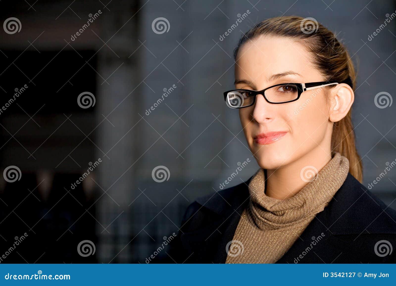 Donna di affari con i vetri