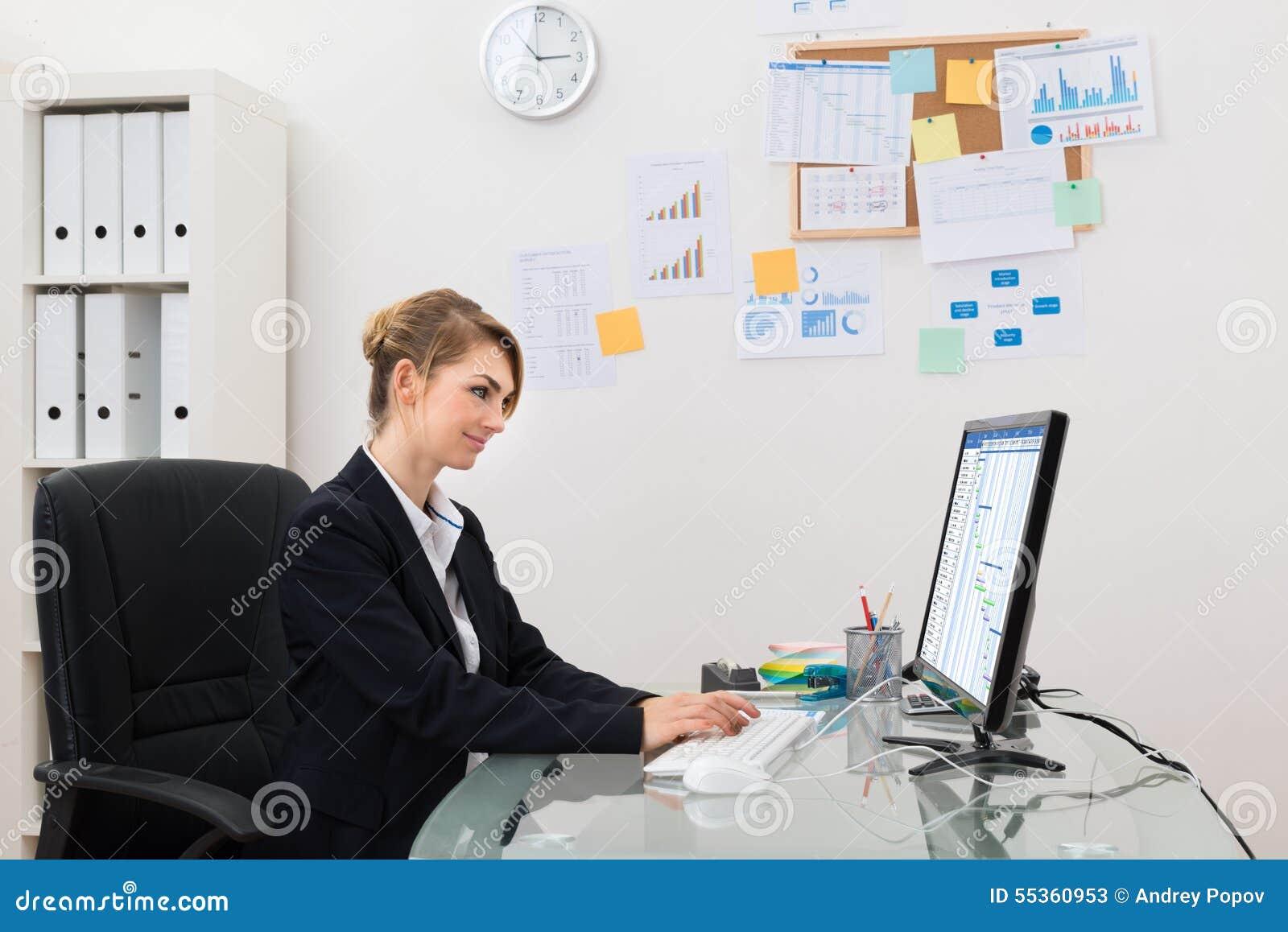 Donna di affari con il calcolatore in ufficio