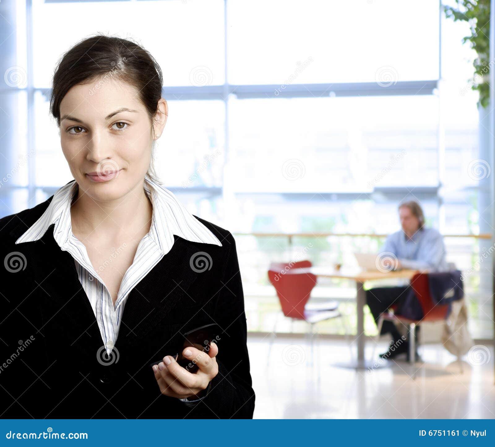 Donna di affari con il telefono mobile