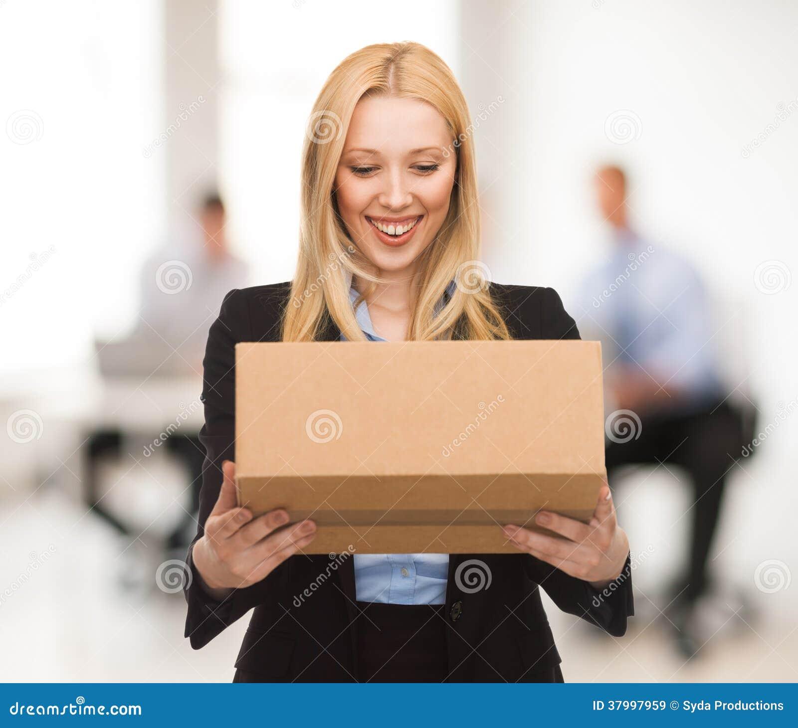Donna di affari con la scatola di cartone