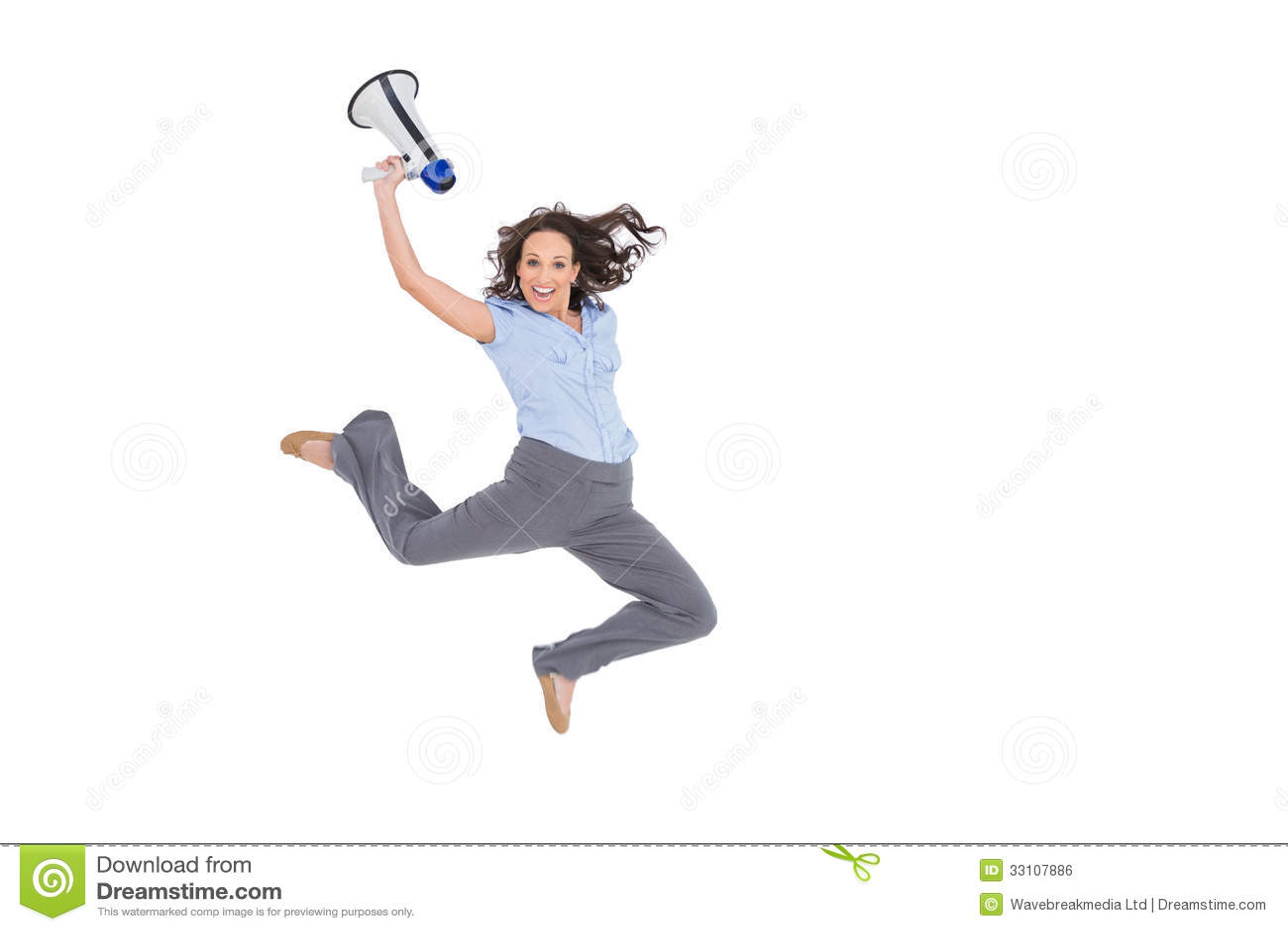 Donna di affari di classe allegra che salta mentre tenendo megafono