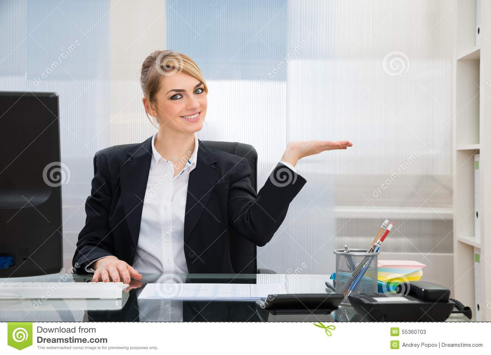Donna di affari Displaying Invisible Product