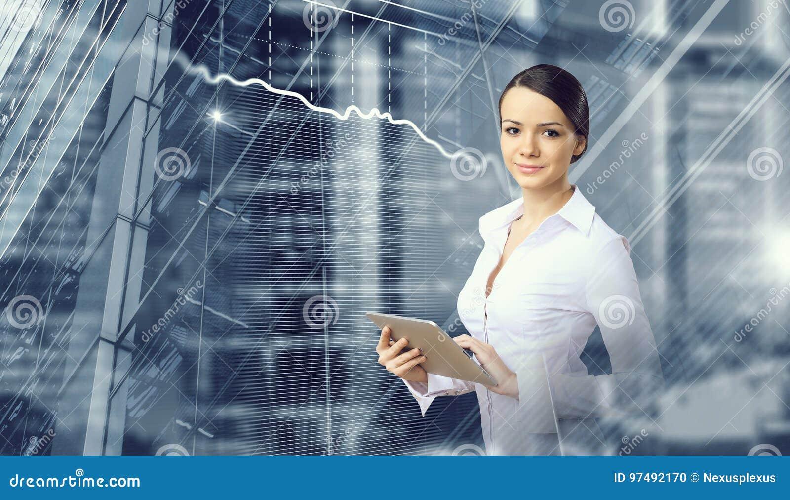 Donna di affari e fondo moderno della città Media misti