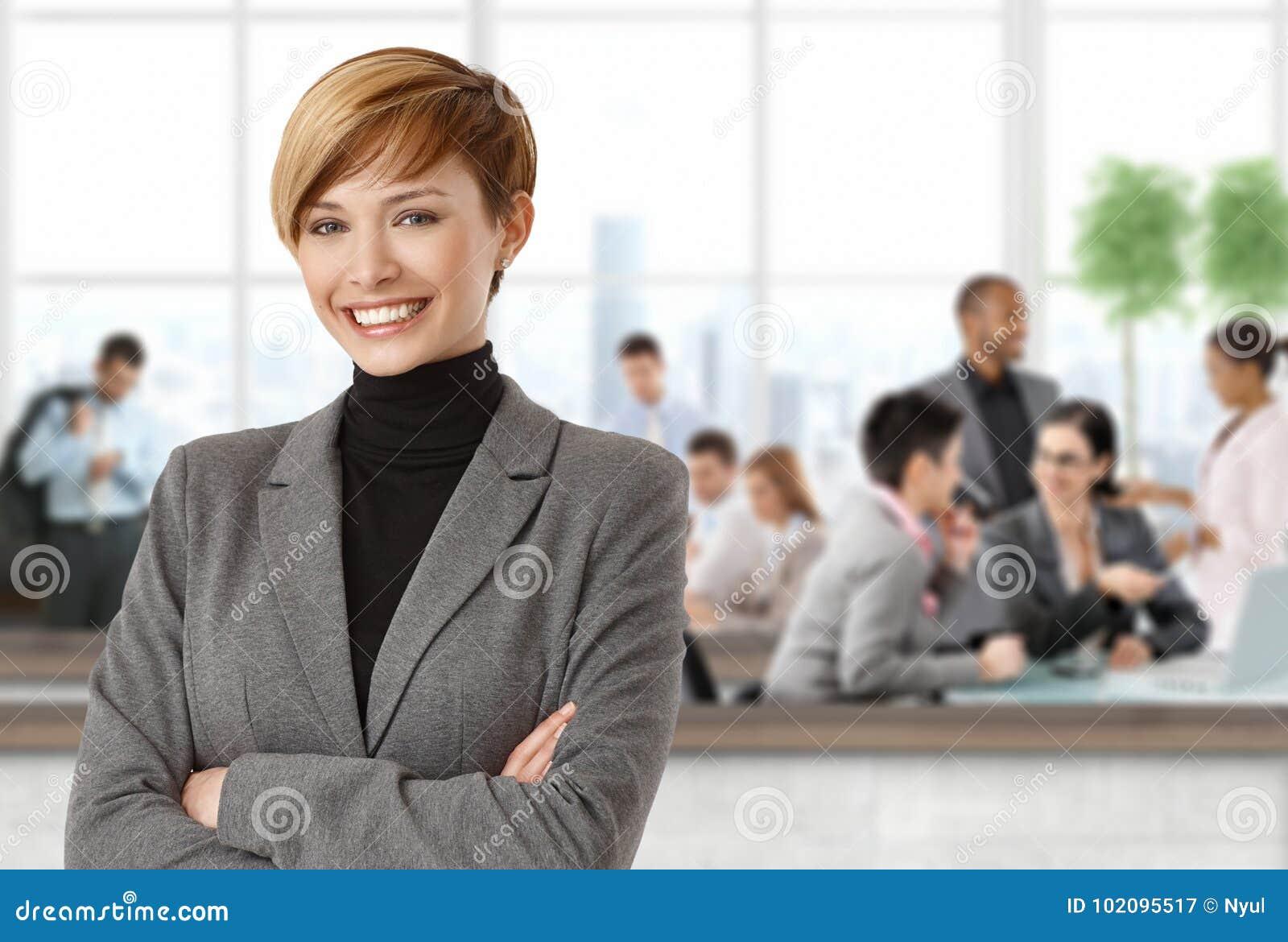 Donna di affari felice all ufficio