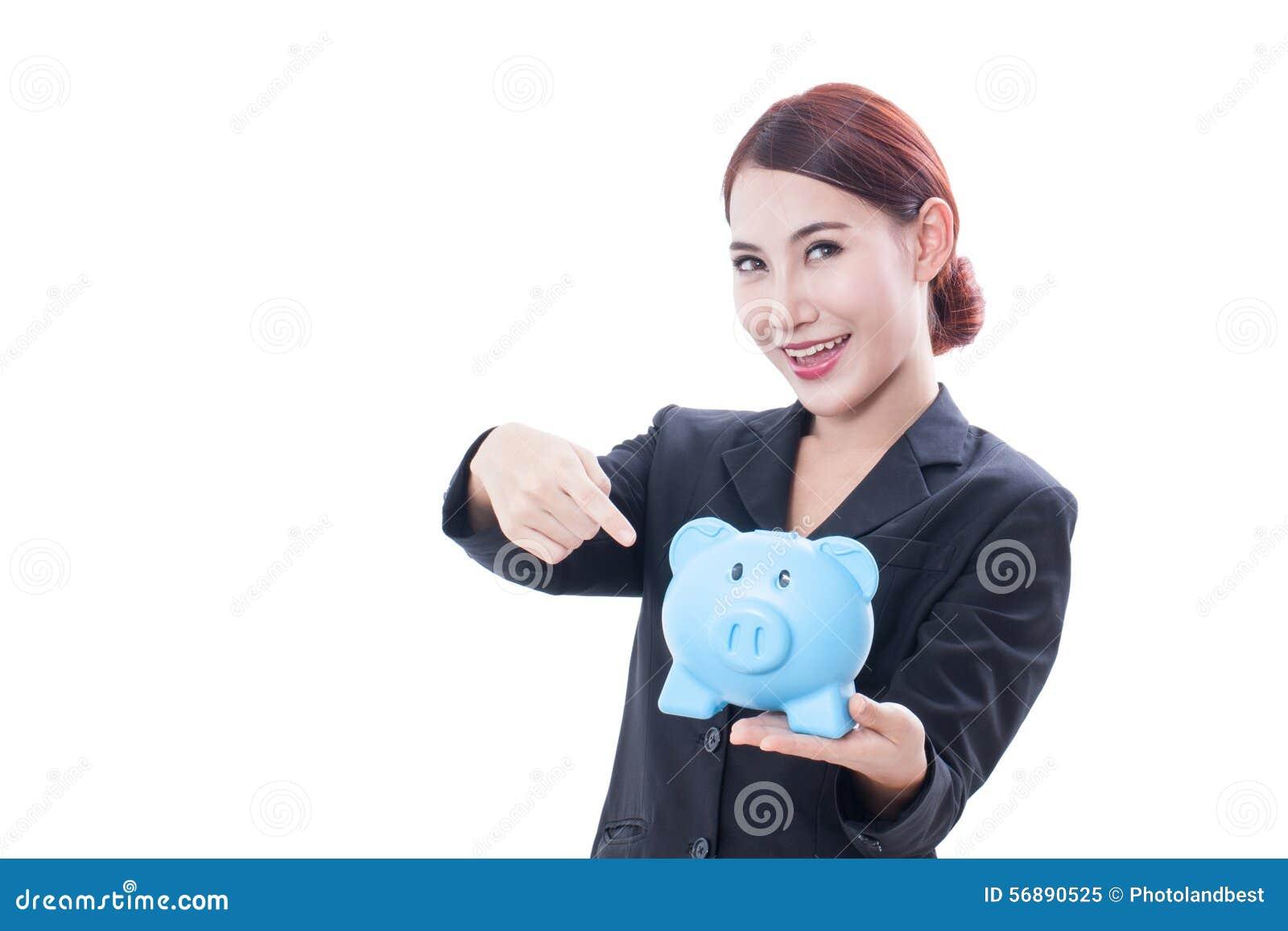 Donna di affari felice che indica al porcellino salvadanaio