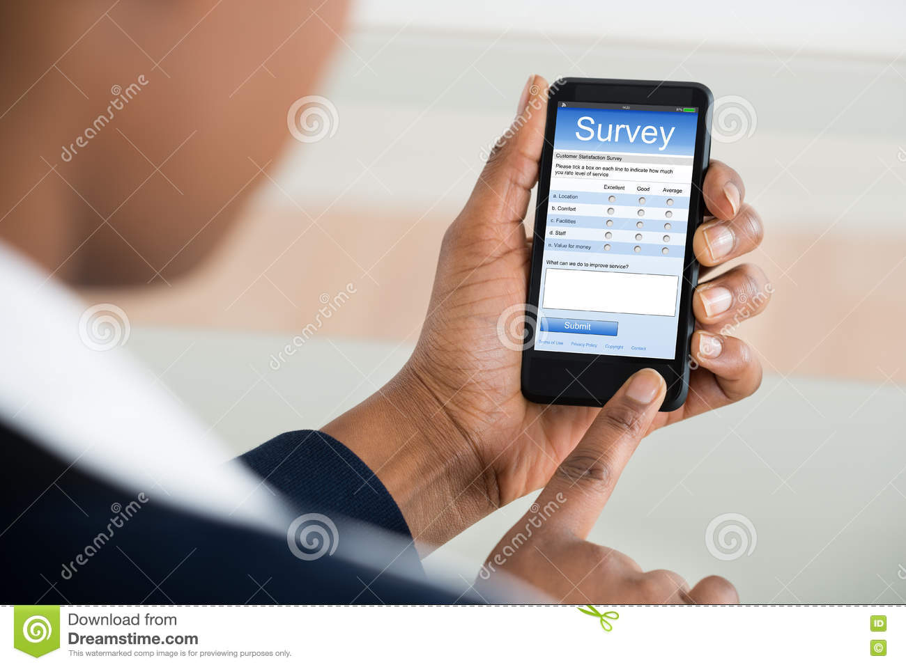 Donna di affari Filling Survey Form sul telefono cellulare
