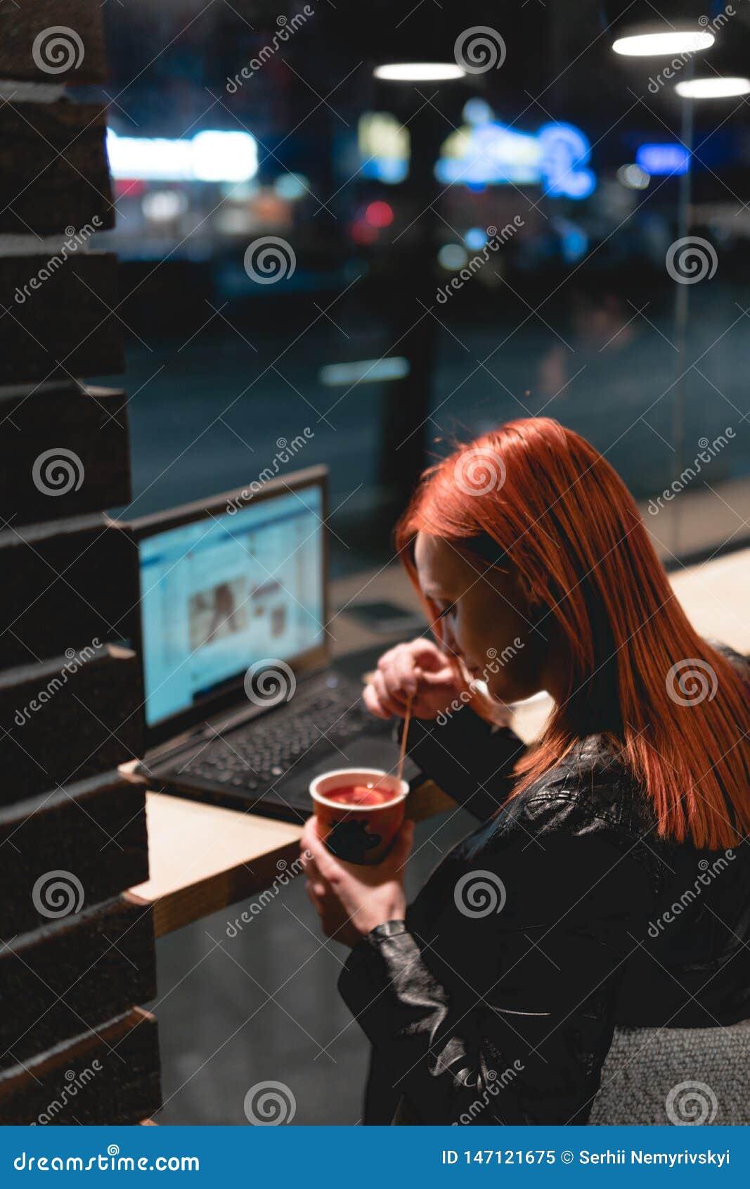 Donna di affari, ragazza che lavora al computer portatile in caff?, smartphone, penna, computer di uso Le free lance lavorano a d