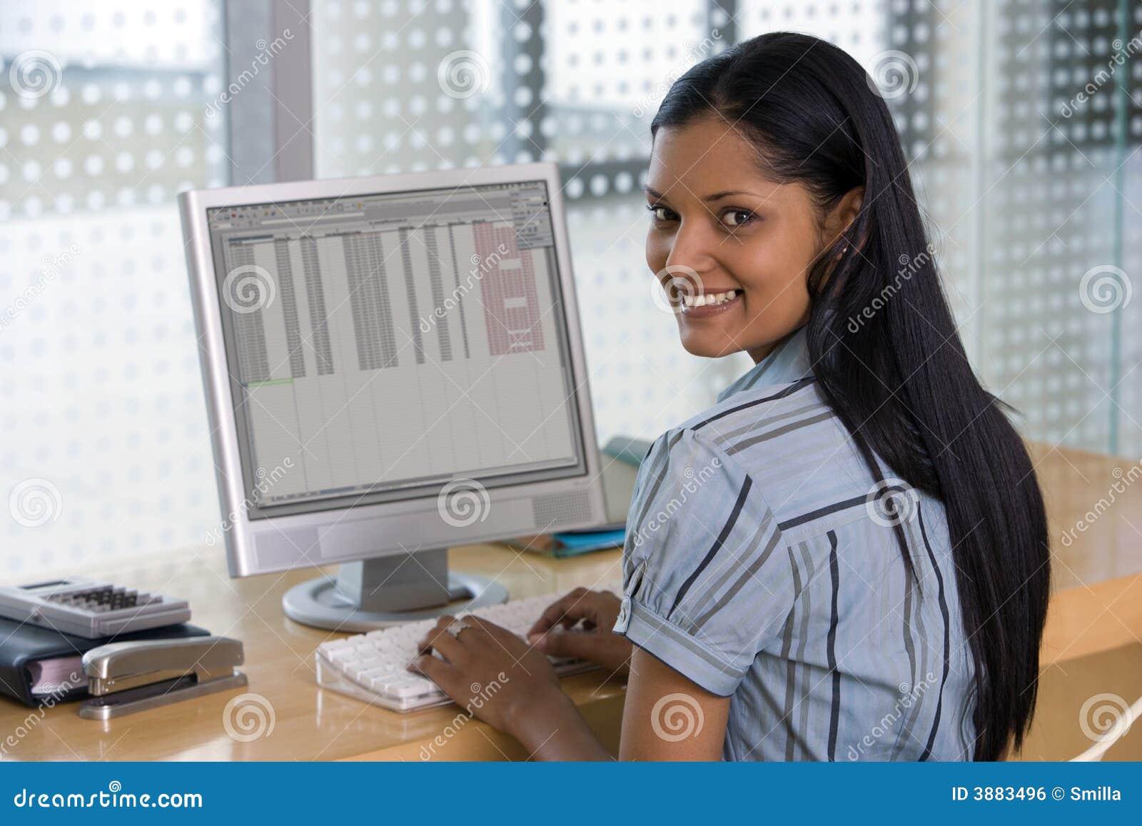 Donna di affari sorridente