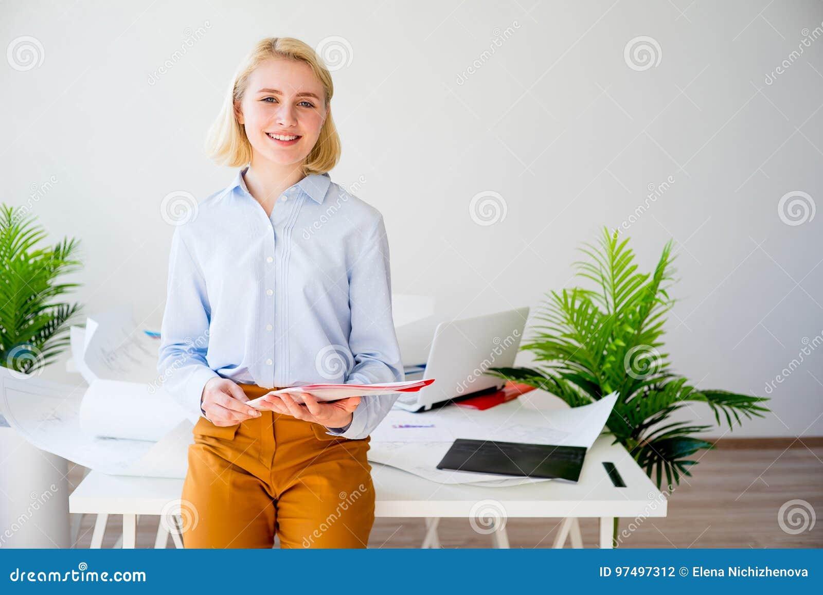Donna di affari sorridente felice