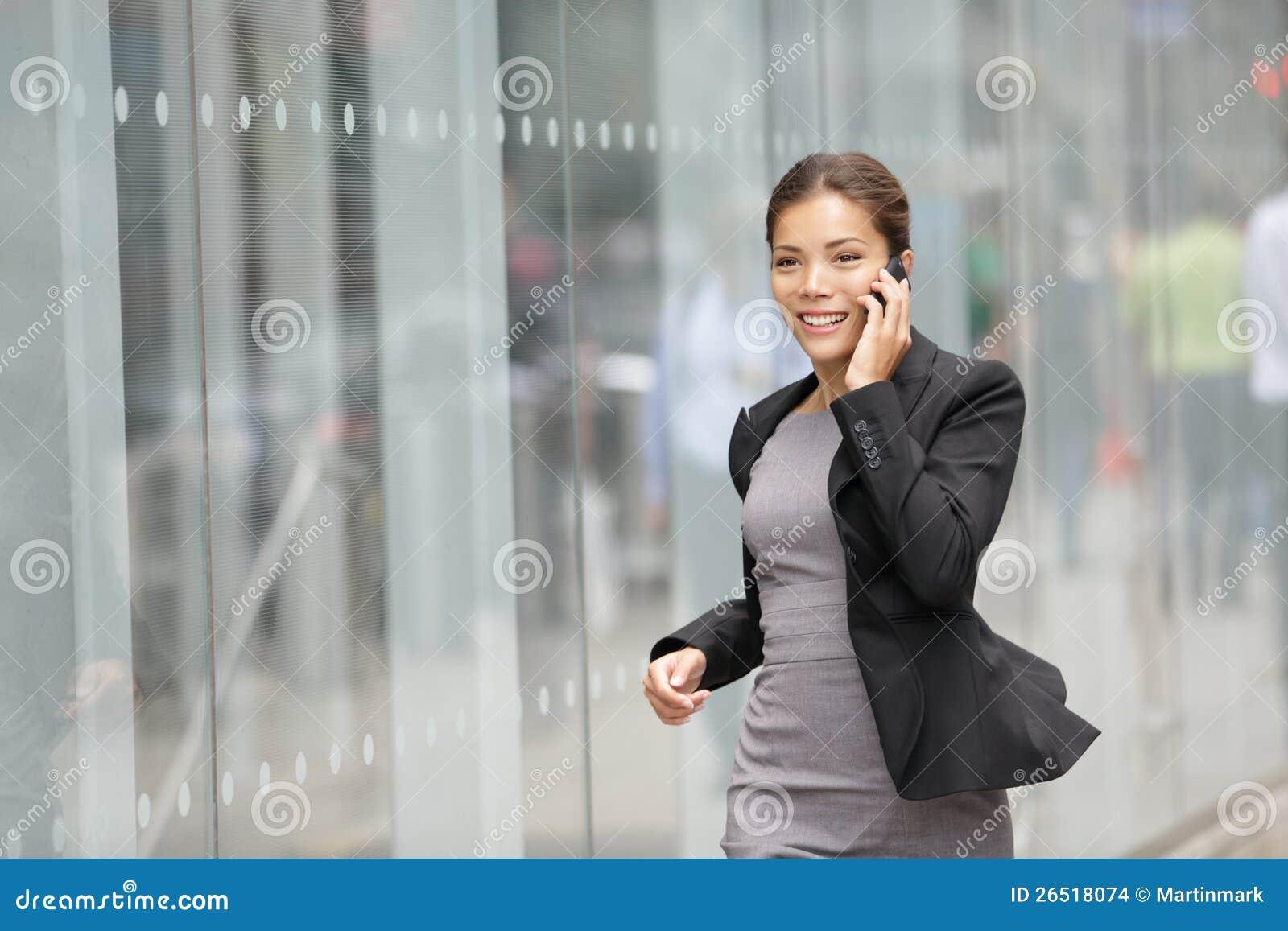 Donna di affari su funzionamento del cellulare