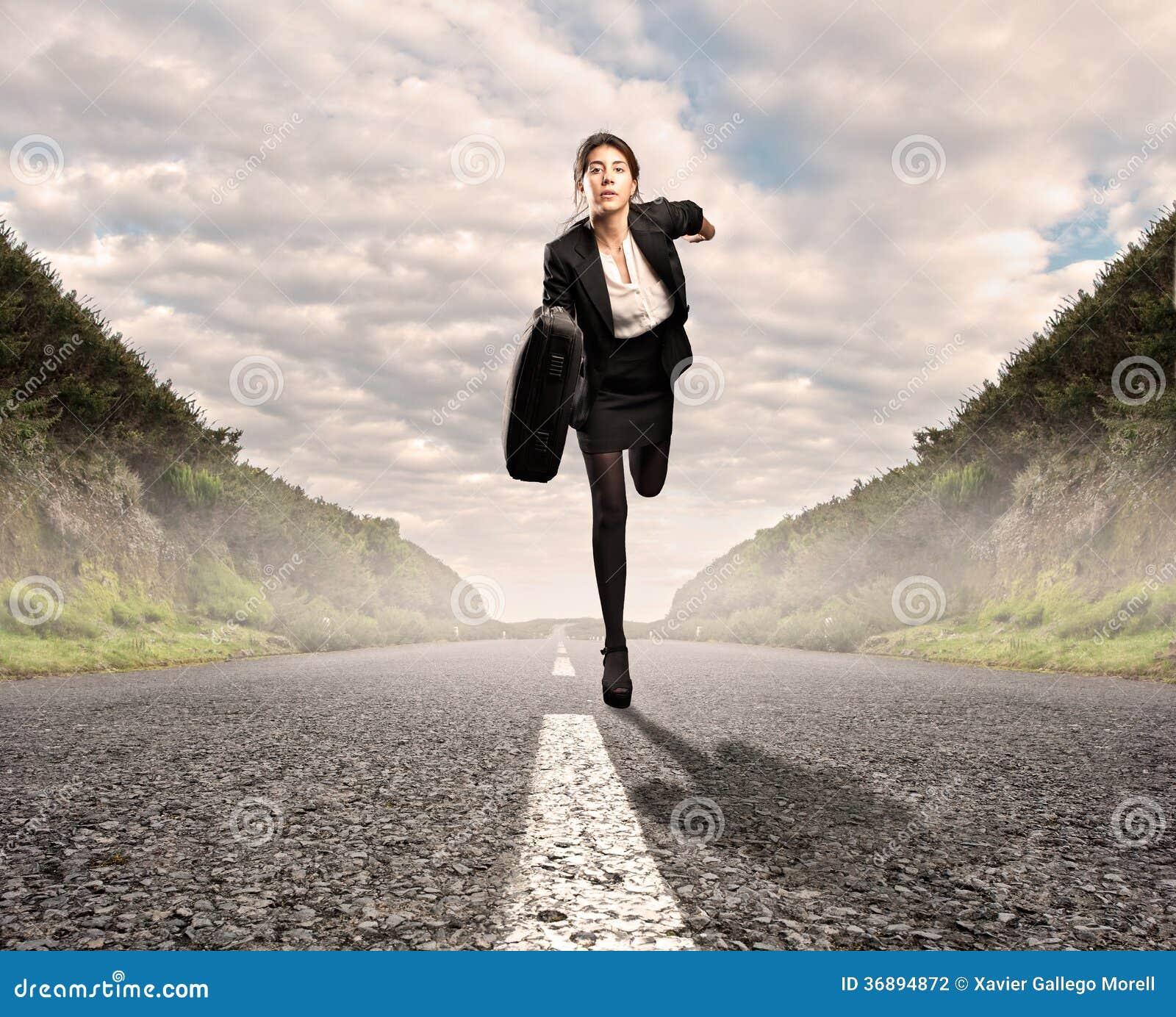 Download Donna Di Affari Su Un Funzionamento Della Strada Fotografia Stock - Immagine di abbastanza, businesswoman: 36894872