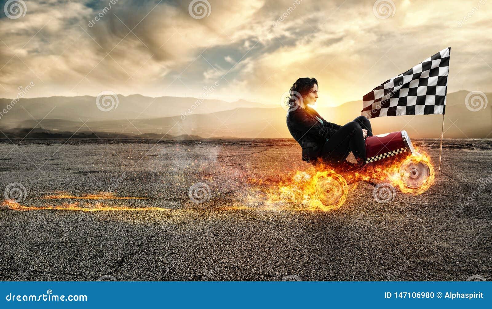 Donna di affari veloce con le vittorie di un automobile contro i concorrenti Concetto di successo e di concorrenza Bandiera, conc