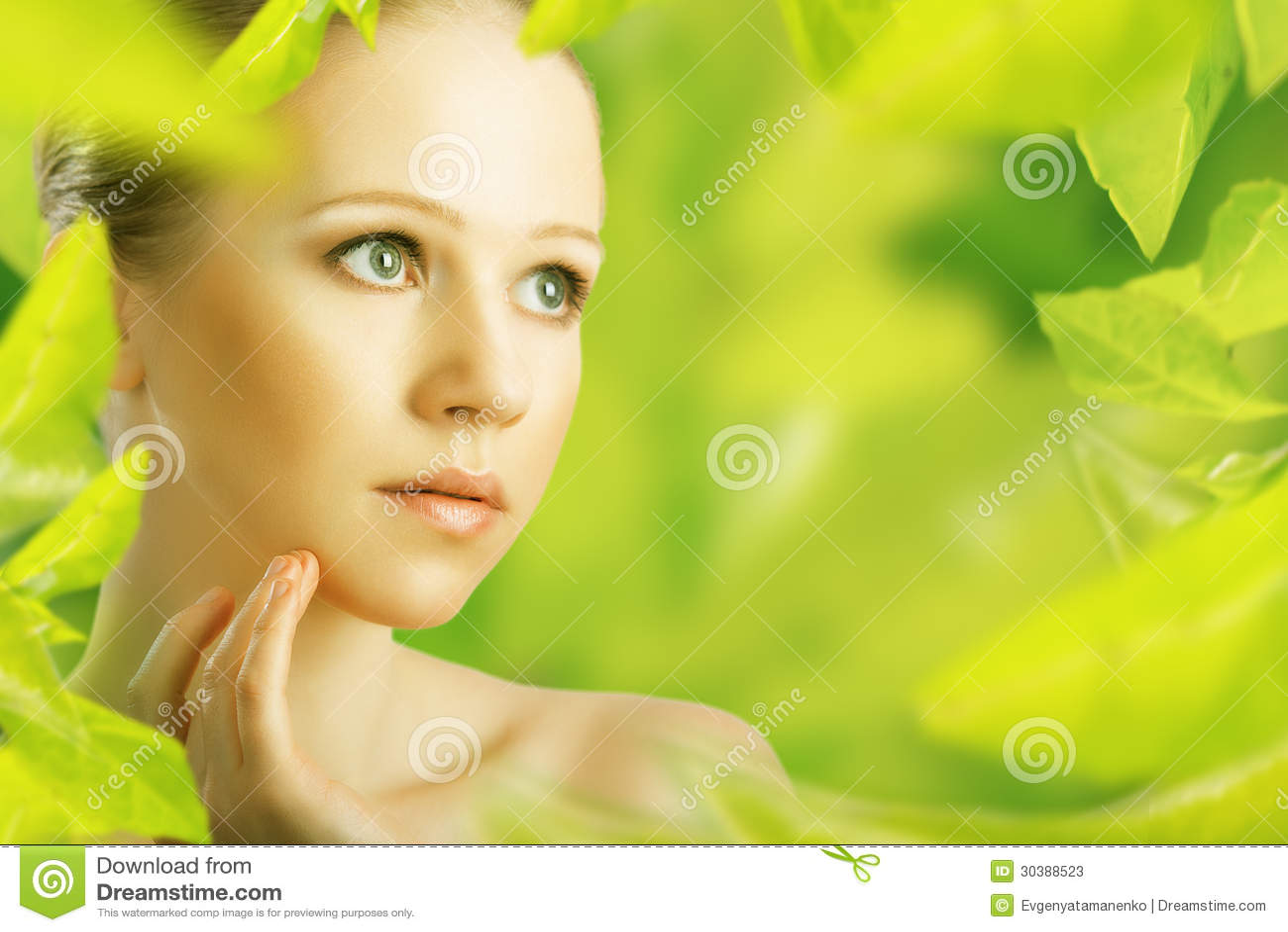 Donna di bellezza e una cura di pelle naturale nel verde
