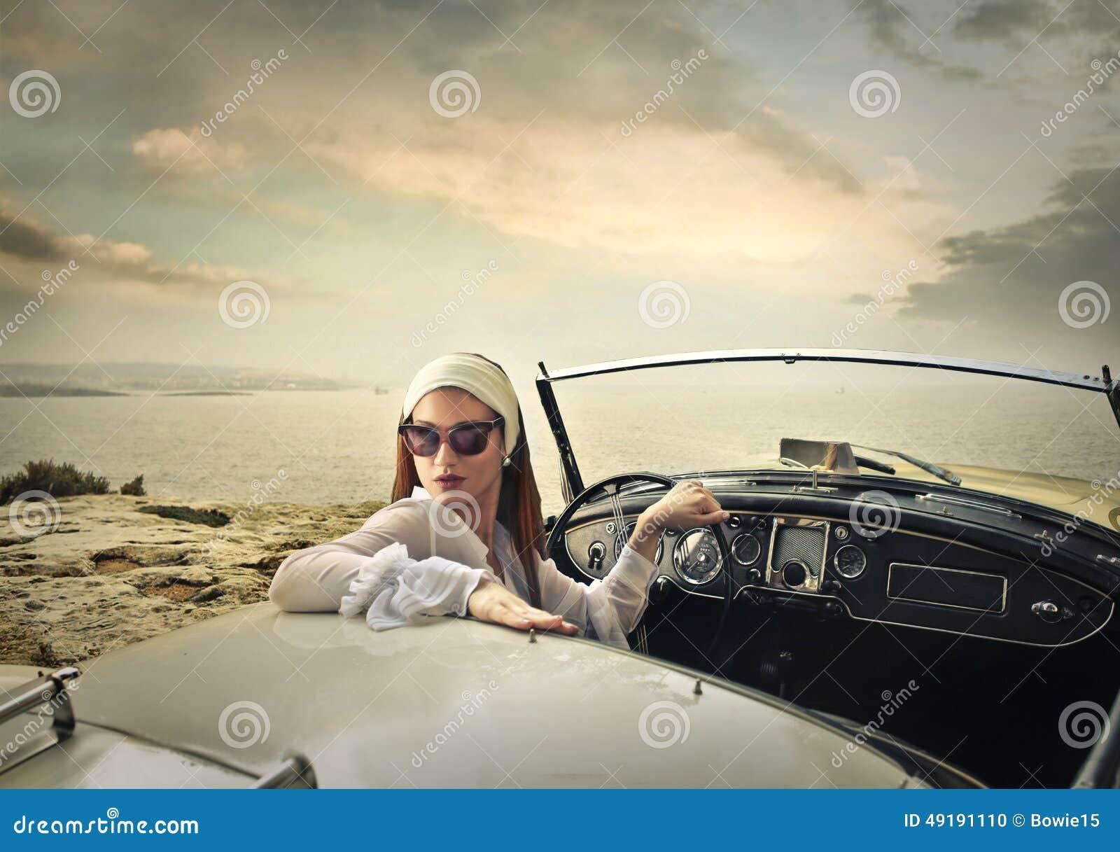 Donna di classe che conduce un automobile