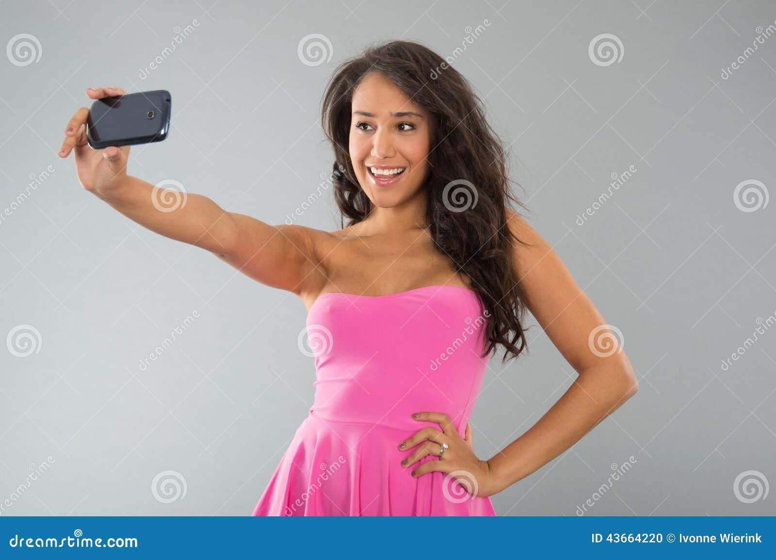 Donna di colore che prende selfie